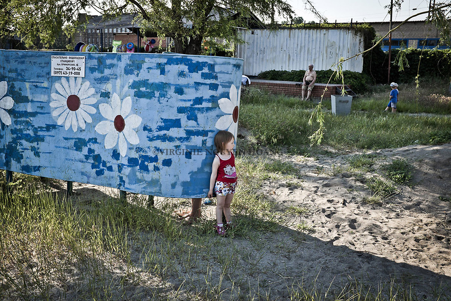 UKRAINE, Mariupol: Little girl at the beach is waiting after her parents.<br /> <br /> UKRAINE, Mariupol: Une petite fille &agrave; la plage attend ses parents.
