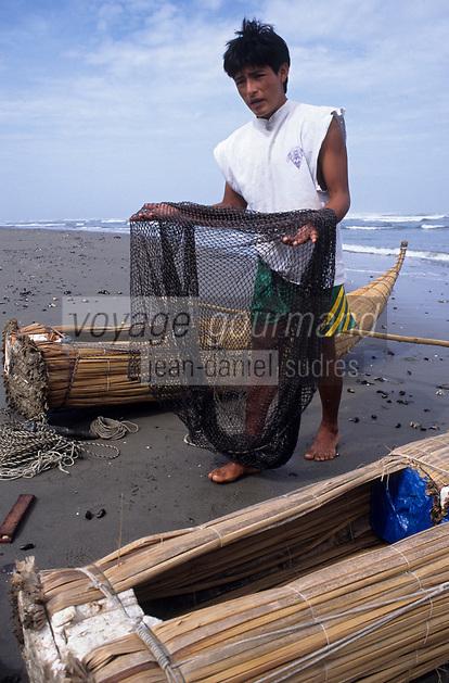 Amérique/Amérique du Sud/Pérou/Env de Chiclayo/Pimentel : Départ des pêcheurs et préparation des filets