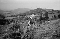 ROMANIA / Maramures / Valeni / July 2003..Drying hay in the hills around the village of Valeni...© Davin Ellicson / Anzenberger....