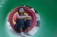 BELO HORIZONTE-MG-15.09.2013-Primeira virada cultural de Belo Horizonte- pintura de manilhas no acesso do metrô na praça da estação-g domingo,15-(Foto: Sergio Falci / Brazil Photo Press)