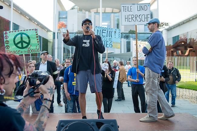 Ca. 300-350 Menschen nahmen am 3. Oktober 2014 vor dem Kanzleramt in Berlin an einer Mahnwache fuer den Frieden der sog. Montagsdemo teil.<br /> An der Manhwache nahmen Vertreter der sog. Querfront-Iedologie und Verschwoerungstheoretiker teil<br /> Im Bild: Zu den Kundgebungsteilnehmern sprach neben bekennenden Rechten auch der deutsche Pop- und Schlagersaenger Xavier Naidoo. Er trug dabei ein T-Shirt &quot;Freiheit fuer Deutschland&quot; (links auf der Buehne).<br /> 3.10.2014, Berlin<br /> Copyright: Christian-Ditsch.de<br /> [Inhaltsveraendernde Manipulation des Fotos nur nach ausdruecklicher Genehmigung des Fotografen. Vereinbarungen ueber Abtretung von Persoenlichkeitsrechten/Model Release der abgebildeten Person/Personen liegen nicht vor. NO MODEL RELEASE! Don't publish without copyright Christian-Ditsch.de, Veroeffentlichung nur mit Fotografennennung, sowie gegen Honorar, MwSt. und Beleg. Konto: I N G - D i B a, IBAN DE58500105175400192269, BIC INGDDEFFXXX, Kontakt: post@christian-ditsch.de<br /> Urhebervermerk wird gemaess Paragraph 13 UHG verlangt.]