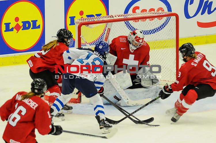 01.04.2015, Malm&ouml; Ishall, Malm&ouml; , SWE, IIHF Eishockey Frauen WM 2015, Schweiz  (SUI) vs Finnland (FIN), im Bild, Glanzparade von Florence SCHELLING (#41, EHC Bulach) gegen Minttu TUOMINEN (#13, FIN), Stefanie MARTY (#9, Linkopings HC)<br /> <br /> ***** Attention nur f&uuml;r redaktionelle Berichterstattung *****<br /> <br /> Foto &copy; nordphoto / Hafner