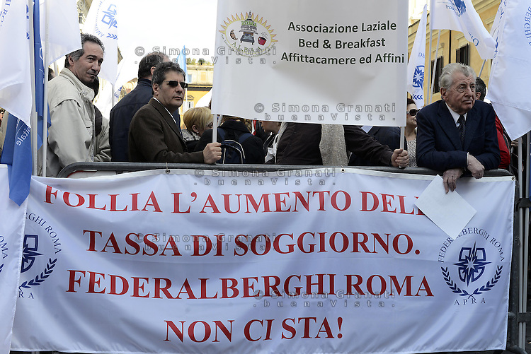 Roma, 8 Aprile 2014<br /> Piazza Santi Apostoli<br /> Gli Albergatori di Roma protestano contro l'aumento della tassa di soggiorno per i turisti.<br /> Hoteliers in Rome protesting against the increase in tax for the tourists.