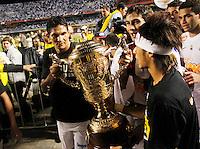SÃO PAULO, SP,13 MAIO 2012 - CAMPEONATO PAULISTA - SANTOS x GUARANI FINAL Durval (e) e  Neymar jogadore do Santos comemoram titulo apos  partida Santos x Guarani válido pela final do Campeonato Paulista no Estádio Cicero Pompeu de Toledo (Morumbi), na região sul da capital paulista na tarde deste domingo (13). (FOTO: ALE VIANNA -BRAZIL PHOTO PRESS).
