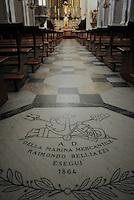 pietra di marmo offerta dalla marina mercantile che finanziò il rifacimento dell'intero.pavimento della chiesa Santa Maria Del Lauro