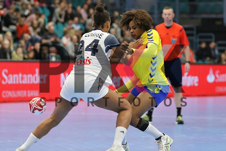 Kolding (DK), 10.12.15, Sport, Handball, 22th Women's Handball World Championship, Vorrunde, Gruppe C, Frankreich-DR Kongo :  Beatrice Edwige (Frankreich, #24), Christianne Mwasesa Mwange (DR Kongo, #09)<br /> <br /> Foto &copy; PIX-Sportfotos *** Foto ist honorarpflichtig! *** Auf Anfrage in hoeherer Qualitaet/Aufloesung. Belegexemplar erbeten. Veroeffentlichung ausschliesslich fuer journalistisch-publizistische Zwecke. For editorial use only.