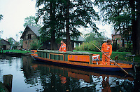 GERMANY, public waste transport by boat in Spreewald / Deutschland DEU Spreewald, COSTAR Muellabfuhr per Kahn im Spreewald