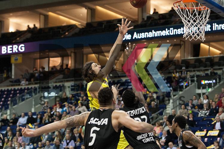 am Korb Berlins Kresimir Loncar <br /> <br /> 19.12.15 BEKO BBL Basketball Bundesliga, ALBA Berlin - WALTER Tigers Tuebingen <br /> <br /> Foto &copy; PIX-Sportfotos *** Foto ist honorarpflichtig! *** Auf Anfrage in hoeherer Qualitaet/Aufloesung. Belegexemplar erbeten. Veroeffentlichung ausschliesslich fuer journalistisch-publizistische Zwecke. For editorial use only.