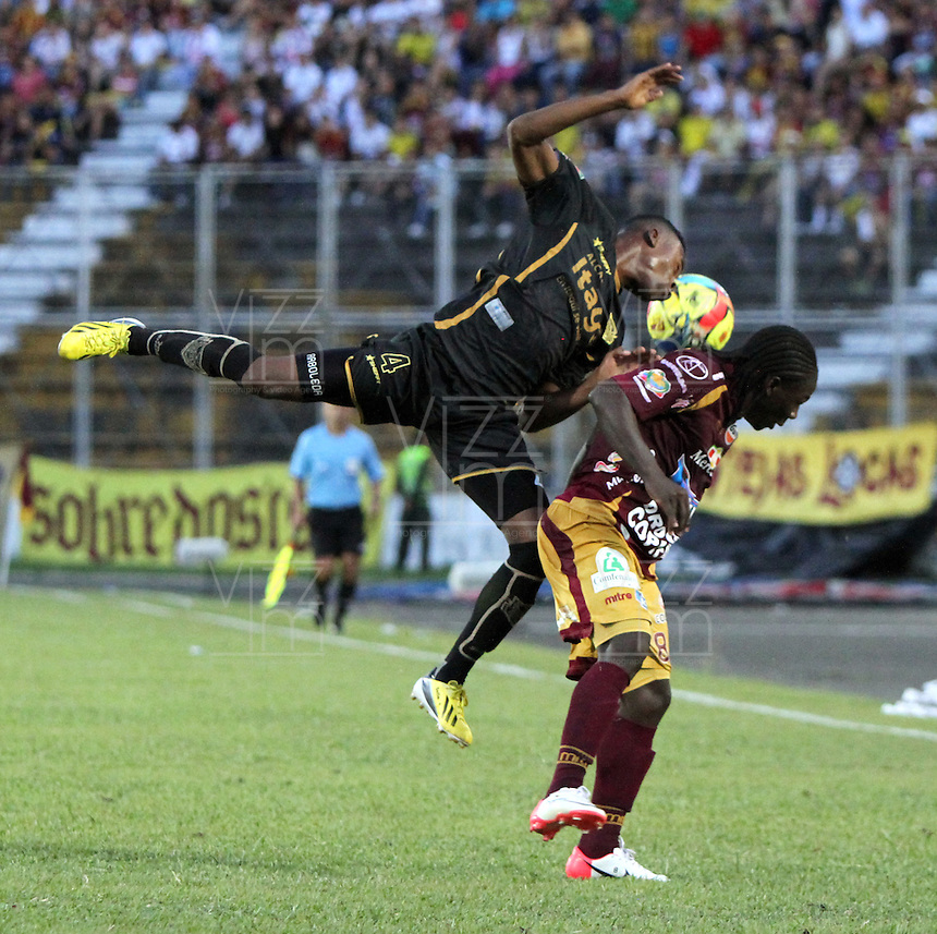 IBAGUÉ -COLOMBIA, 7-07-2013. Yimmy Chará  (Der) del Deportes Tolima  disputa el balón con Carlos Arboleda (Izq) del Itagüi  durante partido de los cuadrangulares finales, fecha 6, de la Liga Postobón 2013-1 jugado en el estadio Manuel Murillo Toro de la ciudad de Ibagué./ Yimmy Chará  (Right) Tolima fights for the ball with Carlos Arboleda (L) of the match Itagui during the final runs, date 6 of the 2013-F1 Postobón League played at the stadium Manuel  Murillo Toro in Ibague.<br /> . Photo: VizzorImage/ Felipe Caicedo/ STAFF