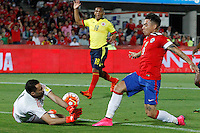 SANTIAGO DE CHILE- CHILE-12-11-2015: Eduardo Vargas (Der.) jugador de Chile, disputa el balón con David Ospina (Izq.) portero de Colombia, durante partido de la fecha 3 válido por la clasificación a la Copa Mundo FIFA 2018 Rusia jugado en el estadio Nacional de la ciudad de Santiago de Chile. /  Eduardo Vargas (R) player of Chile vies the ball with David Ospina (L) of Colombia during match for the date 3 valid for the 2018 FIFA World Cup Russia Qualifier played at National Stadium in Santiago de Chile  city. Photo: VizzorImage / Marcelo Hernandez/Photosport / Cont.
