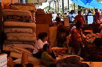 SÃO PAULO, SP, 06 DE FEVEREIRO DE 2012 - OCUPACAO SÃO JOÃO  - Ex-moradoes do prédio na esquina das avenidas Ipiranga e São João, desocupado na última quinta-feira, 02, continuam acampados na calçada da Avenida São João . FOTO: ALEXANDRE MOREIRA - NEWS FREE.