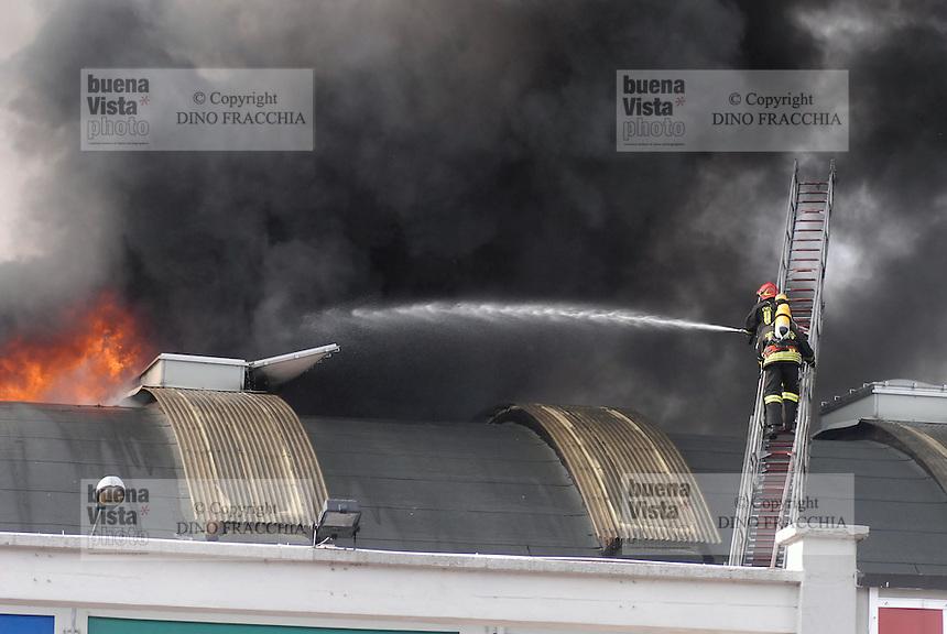 Milan, fire in a warehouse on Naviglio channel....- Milano, incendio di un capannone industriale sul Naviglio