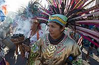 Quer&eacute;taro, Quer&eacute;taro 13 de septiembre de 2016.- La tarde te este martes se llev&oacute; acabo el desfile de los m&aacute;s de 30 mesas o grupos de danza aut&oacute;ctona. Por m&aacute;s de tres horas las<br /> alabanzas, sonidos del tambor, concha, huesos, olor a incienso se hicieron presente en las calles c&eacute;ntricas aleda&ntilde;as al barrio de la Cruz. Danzantes de Sahuayo, Michoac&aacute;n; San Juan de los Lagos, Estado de M&eacute;xico, uni&oacute;n americana, Guadalajara, Ciudad de M&eacute;xico, entre otros, acompa&ntilde;aron el desfile para luego apropiarse del atrio de la iglesia y convento de la Santa Cruz de los Milagros.<br /> <br /> Esta tradici&oacute;n que funde la cultura, la historia, la religi&oacute;n, y creencias paganas es considerada como la fiesta grande en la capital queretana.<br /> <br /> Foto: David Steck