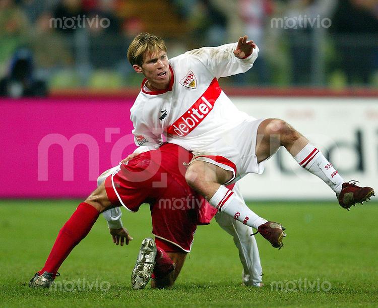 FUSSBALL 1. Bundesliga 2003/2004 16. Spieltag FC Bayern Muenchen 1-0 VfB Stuttgart Alexander Hleb (Vfb) wird Huckepack genommen
