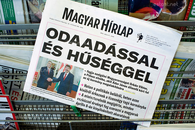 UNGARN, 08.05.2018, Budapest. Zur erneuten Amtseinfuehrung von MP Viktor Orb&aacute;n macht das regierungsnahe Blatt &quot;Magyar H&iacute;rlap&quot; mit der propagandistischen Schlagzeile auf: &quot;MIT HINGABE UND TREUE wird Viktor Orb&aacute;n Ungarn dienen.&quot; | On the occasion of the refreshed inauguration of PM Viktor Orban the pro-government newspaper &quot;Magyar Hirlap&quot; carries the propagandistic headline: &quot;WITH DEVOTION AND FAITHFULNESS is Viktor Orban going to serve Hungary.&quot;<br /> &copy; Martin Fejer/estost.net