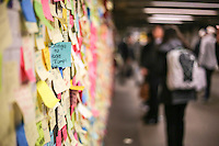 """NEW YORK, NY, 16.11.2016 - MURAL-METRO - Mural chamado """"Terapia de Metro"""" , onde pessoas escrevem mensagens em papel auto-aderente na Estação Union Square do Metro em Manhattan em New York nesta quarta-feira, 16. O mural ganhou mais adesões após a vitória de Donald Trump nas eleições presidenciais dos Estados Unidos. (Foto: Vanessa Carvalho/Brazil Photo Press)"""