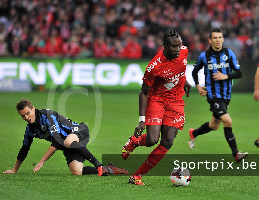 KV Kortrijk - Club Brugge KV : Elimane Coulibaly loopt de liggende Jesper Jorgensen er af <br /> foto VDB / Bart Vandenbroucke