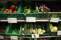 """Berlin, Gemuese liegt am Samstag (13.09.2014) im neueroeffneten Supermarkt """"Original Unverpackt"""", im dem Lebensmittel und Haushaltsprodukte ohne Verpackungen verkauft werden. Der Laden in der Wienerstrasse in Berlin Kreuzberg wurde ueber Crowdfunding finanziert. Foto: Steffi Loos/CommonLens"""