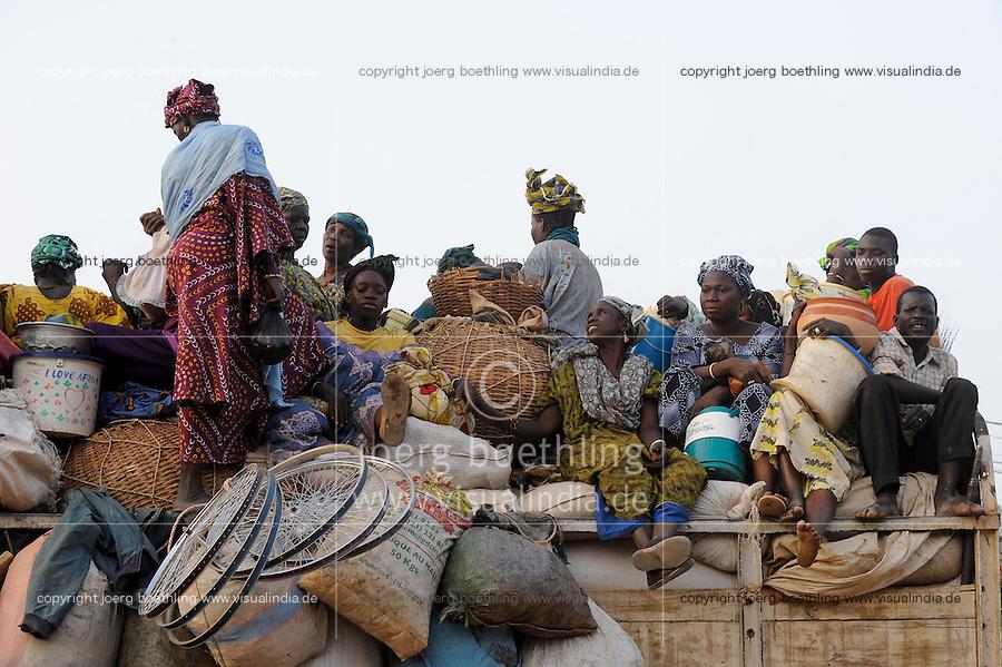 MALI Djenne, people leave the market on overloaded truck/ MALI Djenné, Menschen verlassen den Markt auf einem ueberladenen LKW