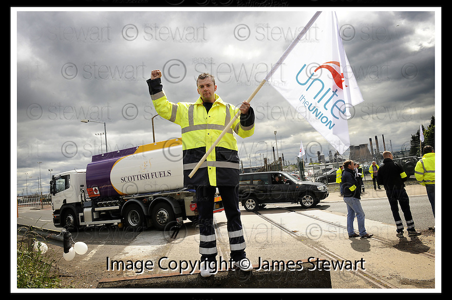 13/06/2008   Copyright Pic: James Stewart.File Name : sct_21_grangemouth.SHELL DRIVERS START THEIR FOUR DAY STRIKE OUTSIDE THE BP DISTRIBUTION CENTRE IN GRANGEMOUTH AS OTHER COMPANIES CONTINUE TO DELIVER FUEL...James Stewart Photo Agency 19 Carronlea Drive, Falkirk. FK2 8DN      Vat Reg No. 607 6932 25.Studio      : +44 (0)1324 611191 .Mobile      : +44 (0)7721 416997.E-mail  :  jim@jspa.co.uk.If you require further information then contact Jim Stewart on any of the numbers above........