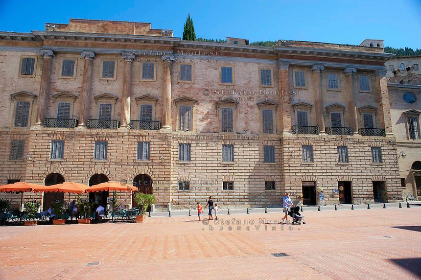 Gubbio, Palazzo Ranghiasci, si affaccia su Piazza Grande  sul lato più lungo della piazza e mostra un'imponente facciata neoclassica, con tre eleganti avancorpi; fu disegnato dallo stesso proprietario, il Marchese Francesco Ranghiasci.