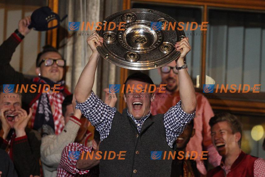 10.05.2014, Marienplatz, Muenchen, GER, 1. FBL, FC Bayern Muenchen Meisterfeier, im Bild Manuel Neuer #1 (FC Bayern Muenchen) auf dem Rathausbalkon, haelt die Meisterschale in der Hand // during official Championsparty of Bayern Munich at the Marienplatz in Muenchen, Germany on 2014/05/11. EXPA Pictures © 2014, PhotoCredit: EXPA/ Eibner-Pressefoto/ Kolbert<br /> <br /> *****ATTENTION - OUT of GER***** <br /> Football Calcio 2013/2014<br /> Bundesliga 2013/2014 Bayern Campione Festeggiamenti <br /> Foto Expa / Insidefoto