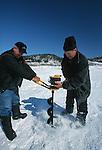 Dès la fin décembre, la population locale prend ses quartiers d'hiver sur le fjord du Saguenay pour s'adonner à la pêche blanche .  Il faut d'abord forer la glace pour pouvoir pêcher.Quebec Canada