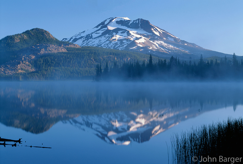 69ORCAC_12 - USA, Oregon, Deschutes National Forest, South Sister reflects in the misty waters of Sparks Lake in early morning.