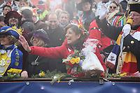 Ministerpräsidentin Malu Dreyer mit einem Geschenkkorb als Präsent - Rosenmontagsumzug in Mainz