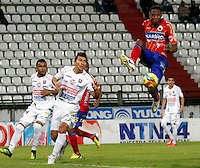 MANIZALES -COLOMBIA, 18-09-2013. Sergio Herrera (I) de Once Caldas disputa el balón con Yerry Mina (D) de Deportivo Pasto  válido por la fecha 11 de la Liga Postobón II 2013 jugado en el estadio Palogrande de la ciudad de Manizales./ Once Caldas player Sergio Herrera (L) fights for the ball with Deportivo Pasto player Yerry Mina (R) during match valid for the 11th date of the Postobon League II 2013 at Palogrande stadium in Manizales city. Photo: VizzorImage/Yonboni/STR