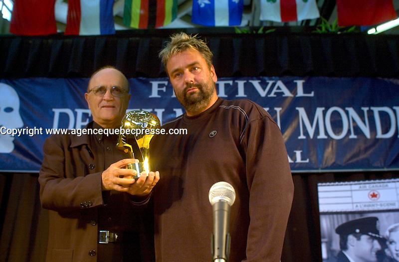 Samedi 24 Ao˚t 2002, Montreal (Quebec, CANADA<br /> <br /> Luc Besson (d) recoit un Grand Prix Sp&Egrave;cial des Am&Egrave;riques, de la part de Serge Losique, Fondateur et Pr&Egrave;sident du Festival des Films du monde de Montr&Egrave;al<br /> <br /> (Photo byJohn Raudsepp - Images Distribution - Alamo<br /> - Sygma)