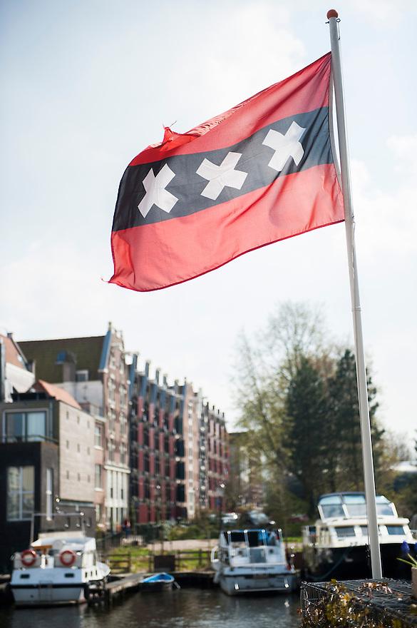 Nederland, Amsterdam, 22 april 2013<br />  Westelijke Eilanden,    Mooie tot woonappartementen omgebouwde pakhuizen. Amsterdamse vlag wappert op een boot.<br /> Foto(c): Michiel Wijnbergh