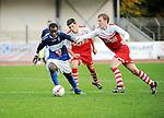 2015-10-25 / Voetbal / Seizoen 2015-2016 / FC Turnhout - KV Vosselaar / Dani&euml;l Owuso (FC Turnhout) wordt gehinderd door Ruben Vaes<br /><br />Foto: Mpics.be
