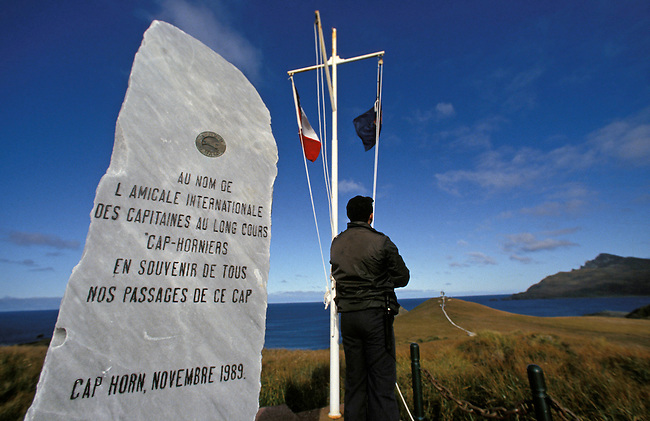 Ile du Cap Horn. Le drapeau chilien et stele pour les Cap-Horniers. *** Chilian flag and dedicated stone du the seamen of Cap-Horn, Chile.