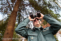 Un Agente del Seprona vigila los montes gallegos, para prevenir incendios forestales
