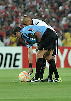BOGOTA- COLOMBIA – 26-02-2015: German Delfino, arbitro de Argentina, durante partido entre Independiente Santa Fe de Colombia y Colo Colo de Chile, por la segunda fase, grupo 1, de la Copa Bridgestone Libertadores en el estadio Nemesio Camacho El Campin, de la ciudad de Bogota.  / German Delfino, Argentine referee during a match between Independiente Santa Fe of Colombia and Colo Colo of Chile for the second phase, group 1, of the Copa Bridgestone Libertadores in the Nemesio Camacho El Campin in Bogota city. Photo: VizzorImage / Luis Ramirez / Staff.