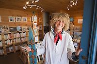 """Europe/France/Bretagne/56/Morbihan/Golfe du Morbihan/Ile-Aux-Moines/Locmiquel: Francoise Sylvestre dans sa  Librairie Maritime """"L' Ame Vagabonde"""""""