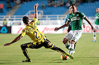 CALI -COLOMBIA-02-04-2014. Nestor Camacho (Der) del Deportivo Cali disputa el balón con Juan Guillermo Arboleda (Izq) de Alianza Petrolera durante partido por la fecha 14 de la Liga Postobón I 2014 jugado en el estadio Pascual Guerrero de la ciudad de Cali./ Deportivo Cali player Nestor Camacho (R) fights for the ball with Alianza Petrolera player Juan Guillermo Arboleda (L) during match for the 14th date of Postobon League I 2014 played at Pascual Guerrero stadium in  Cali city.Photo: VizzorImage/ Juan C. Quintero /STR