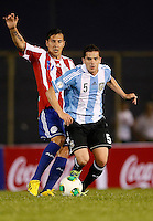 ASUNCION – PARAGUAY – 10-09-2013: Johnathan Fabro  (Izq.) jugador de Paraguay, disputa el balón con Fernando Gago (Der.) jugador  de Argentina, durante partido en el estadio Defensores del Chaco en Asuncion, Paraguay, septiembre10 de 2013. Los seleccionados de Paraguay y Argentina disputan partido en la fecha diez y seis por la clasificatoria a la Copa Mundo FIFA Brasil 2014. (Foto: Photogamma / Javier  Garcia M. /VIzzorImage). Johnathan Fabro  (L) jugador from Paraguay, fights for the ball with Fernando Gago (R) player  from Argentina during game at the Defensores del Chaco Stadium in Asuncion Paraguay, September 10, 2013. The Paraguay and Argentina teams dispute a game on the date sixteen qualifying to the FIFA World Cup Brazil 2014. (Photo: Photogamma / Javier Garcia M. /VIzzorImage)