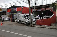 GUARULHOS, SP, 12.12.13 - ACIDENTE DE TRÂNSITO- Nesta tarde de quinta-feira (12) por volta das 14h30min, um veículo chocou-se contra um poste e um outro carro que estava estacionado de frente a uma loja. O motorista foi socorrido pela viatura do resgate. O acidente aconteceu na Avenida Monteiro Lobato, altura do número 5280. Foto: Geovani Velasquez / Brazil Photo Press