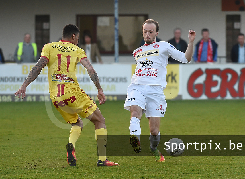 FC GULLEGEM - SV BORNEM :<br /> Nils Pierre (R) tracht een voorzet van Kabba-Modou Cham (L) te onderscheppen<br /> <br /> Foto VDB / Bart Vandenbroucke