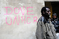 Profughi di guerra e richiedenti asilo politico sudanesi, somali ed eritrei, durante l'occupazione dello stabile dismesso in via Lecco. Milano, 18 novembre, 2005<br />