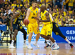 02.06.2019, EWE Arena, Oldenburg, GER, easy Credit-BBL, Playoffs, HF Spiel 1, EWE Baskets Oldenburg vs ALBA Berlin, im Bild<br /> Uebergabe<br /> Rashid MAHALBASIC (EWE Baskets Oldenburg #24 ) Rickey PAULDING (EWE Baskets Oldenburg #23 )<br /> Foto © nordphoto / Rojahn