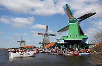 Sloepenrace Slag Om De Zaan , met boten vanuit heel Nederland. Molens van Zaanse Schans