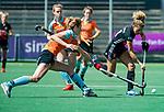 AMSTELVEEN  - Maria Verschoor (A'dam) met Willemijn Bos (Gro)  .  Hoofdklasse hockey dames ,competitie, dames, Amsterdam-Groningen (9-0) .     COPYRIGHT KOEN SUYK