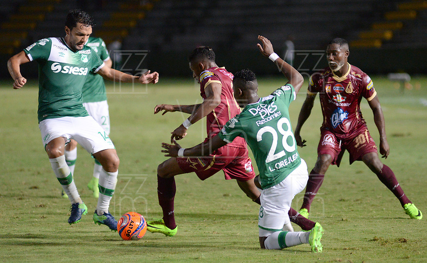 IBAGUÉ -COLOMBIA, 15-04-2017. Omar Albornoz (C) jugador de Deportes Tolima disputa el balón con Abel Aguilar (Izq) y Luis Manuel Orjuela (Der) jugador de Deportivo Cali durante partido por la fecha 13 de la Liga Águila I 2017 jugado en el estadio Manuel Murillo Toro de la ciudad de Ibagué./ Omar Albornoz (C) player of Deportes Tolima vies for the ball with Abel Aguilar (L) and Luis Manuel Orjuela (R) player of Deportivo Cali during match for date 13 of the Aguila League I 2017 played at Manuel Murillo Toro stadium in Ibague city. Photo: VizzorImage / Juan Carlos Escobar / Cont