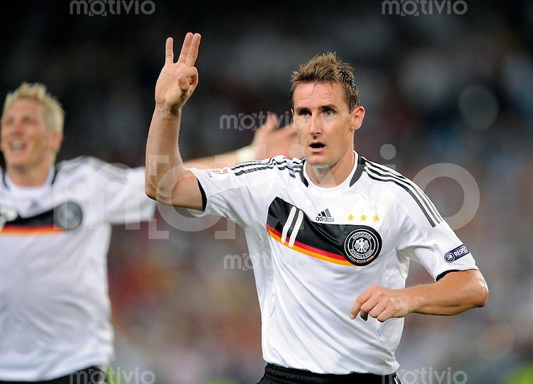 FUSSBALL EUROPAMEISTERSCHAFT 2008  Halbfinale Deutschland - Tuerkei    25.06.2008 Miroslav KLOSE (GER) jubelt nach dem Tor zum 2-1.