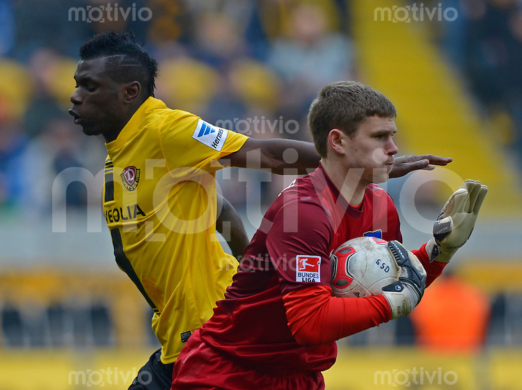 Fussball, 2. Bundesliga, Saison 2012/13, SG Dynamo Dresden - Hertha BSC Berlin, Samstag (02.03.13), Dresden, Gluecksgas Stadion. Dresdens Lynel Kitambala (li.) gegen Herthas Torwart Thomas Kraft.