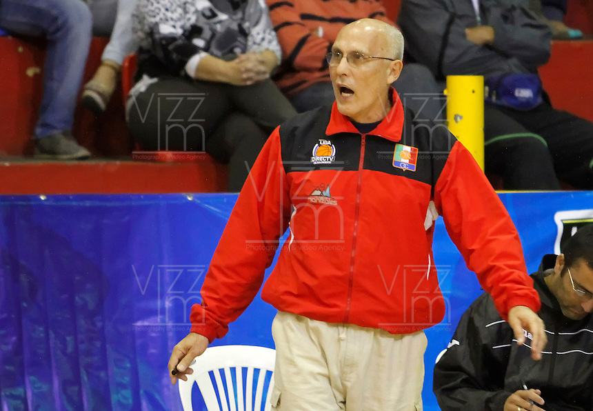 MANIZALES -COLOMBIA, 22-10-2013. Guillermo Moreno entrenador de Once Caldas discute con el arbitro durante el partido entre Manizales Once Caldas y Bambuqueros de Neiva válido por la fecha 6 de la Liga DirecTV de Baloncesto 2013-II de Colombia jugado en el coliseo Jorge Arango de la ciudad de Manizales./ Guillermo Moreno tecnico of Once Caldas discuss with the referee during the match between Manizales Once Caldas and Bambuqueros de Neiva valid for the 6th date of the DirecTV Basketball League 2013-II in Colombia at Jorge Arango coliseum in Manizales. Photo:VizzorImage / Santiago Osorio / STR