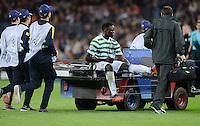 FUSSBALL   INTERNATIONAL   CHAMPIONS LEAGUE   2012/2013      FC Barcelona - Celtic FC Glasgow       23.10.2012 Victor Wanyaman (Celtic) wird verletzt vom Platz gefahren